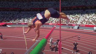 Le Français Kevin Mayer passe 5m00 à son deuxième essai, lors de l'épreuve du saut à la perche du décathlon, le 5 août 2021. (franceinfo: sport)