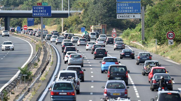 Des automobilistes coincés dans les embouteillages sur l'autoroute A7, près de Lyon (Rhône), le 4 juillet 2015. (PHILIPPE DESMAZES / AFP)