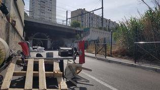Des chicanes sont dressées avec du mobilier urbain pour limiter l'accès à la cité des Marronniers, dans le 14e arrondissement de Marseille, le 25 août 2021. (CLEMENTINE VERGNAUD / RADIO FRANCE)