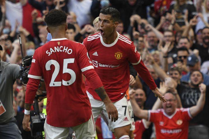 Cristiano Ronaldo et Jadon Sancho lors de la rencontre entre Manchester United et Newcastle le 11 septembre 2021. (OLI SCARFF / AFP)