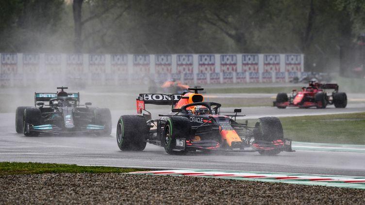 Max Verstappen devant Lewis Hamilton sur le Grand Prix d'Emilie Romagne, dimanche 18 avril. (MIGUEL MEDINA / AFP)