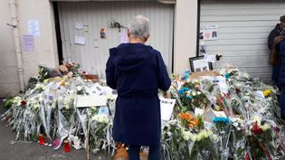Une femme se recueillesur le trottoir où s'est déroulé l'accident à Lorient, le 14 juin. (BENJAMIN ILLY / FRANCE-INFO)