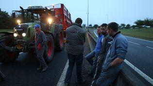 Des agriculteurs en colère bloquent la circulation sur le périphérique de Caen (Calvados), le 20 juillet 2015. (CHARLY TRIBALLEAU / AFP)