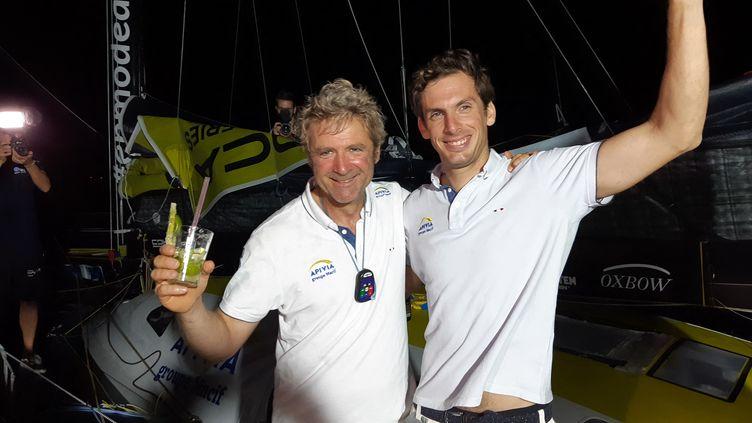 Charlie Dalin (à droite) et Yann Eliès (à gauche) après leur victoire sur la Transat Jacques Vabre. (FABRICE RIGOBERT / DIR SPORTS)
