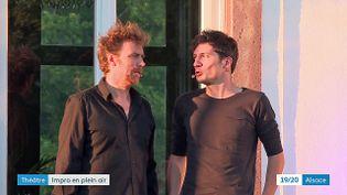 Les comédiens de la troupe des Improvisateurs donnent rendez-vous au public dans la cour du château de Pourtalès tous les samedis soirs (France 3 Grand Est)