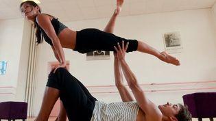 """Oldeak (""""Elans"""" en langue basque) est un laboratoire de recherche chorégraphique expérimentale qui associe """"Bilaka"""", compagnie de danse traditionnelle basque, et """"Illicite"""", une formation de danse contemporaine académique.  (IROZ GAIZKA / AFP)"""