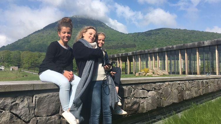 Carmen et Fantine face au Puy-de-Dôme au micro d'Ingrid Pohu (INGRID POHU / RADIO FRANCE)