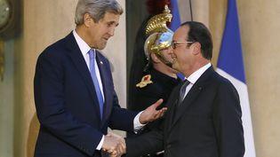 Le secrétaire d'Etat américain John Kerry et le président français François Hollande, à l'Elysée, le 16 janvier 2015. (PATRICK KOVARIK / AFP)