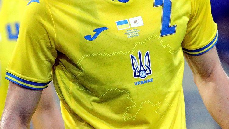 Le maillot pour l'Euro de l'équipe d'Ukraine. (SERGEY KOZLOV / EPA)