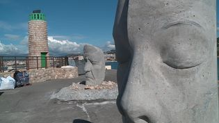 Deux des six visages de pierre qui seront immergés fin novembre au large de Cannes. (France 3 Côte d'Azur / E.Jacquet)