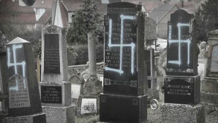 Des tombes profanées de l'insigne nazi dans le cimetière juif deQuatzenheim (Bas-Rhin)/ (FRANCE 2)