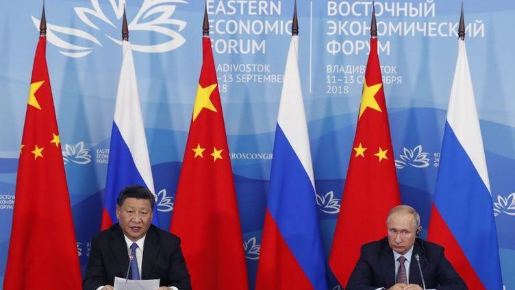 Le président russe Vladimir Poutine et son homolgue chinois Xi Jiping participent ensemble au4eforum économique oriental, àVladivostok. (SERGEI CHIRIKOV / POOL)