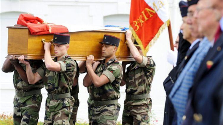 Transport du cercueil de Kevin Lemoine, soldar tué en Afghanistan,  le 2 octobre 2009 à Vannes (© AFP/FRED TANNEAU)
