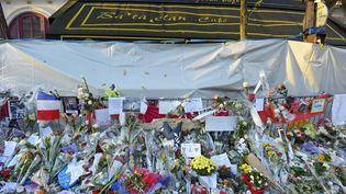 Cette photo prise le 26 novembre montre les fleurs, les bougies et les messages déposés devant la salle de concert du Bataclan, où a eu lieu l'attentat le plus meurtrier du 13 novembre. (BERTRAND GUAY / AFP)