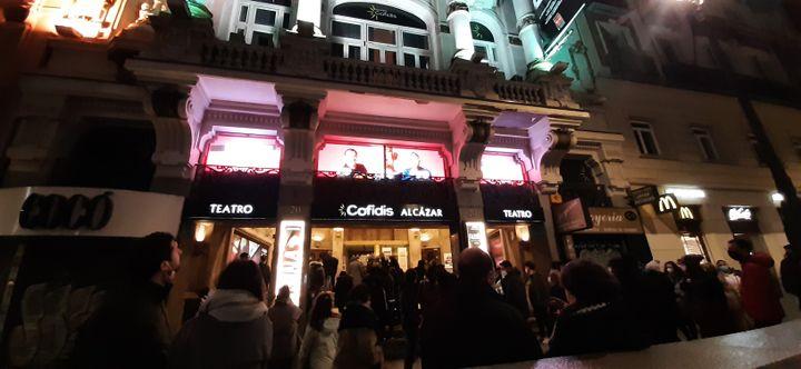 Des spectateurs font la queue devant un théâtre de Madrid. (VALENTIN DUNATE / RADIO FRANCE)