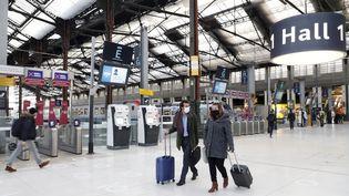 Des voyageurs à la gare de Lyon, à Paris, le 24 novembre 2020. (MAXPPP)