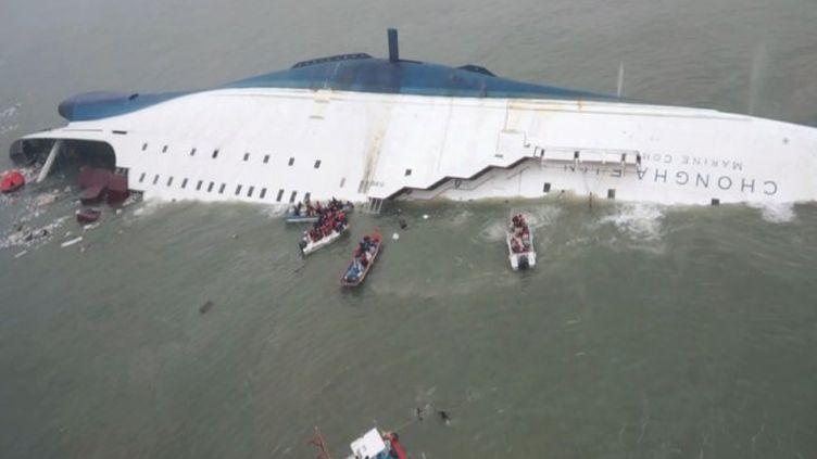 """Le ferry """"Sewol"""" coule au large de l'île de Jindo, le 16 avril 2014 en Corée du Sud. (EYEPRESS NEWS / AFP)"""