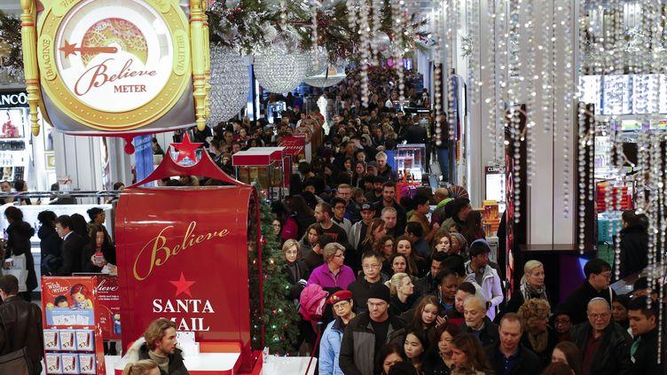 Les clients affluent dans le magasin Macy de New York, jour de Thanksgiving, veille de Black Friday le 26 Novembre 2015 (KENA BETANCUR / GETTY IMAGES / AFP)