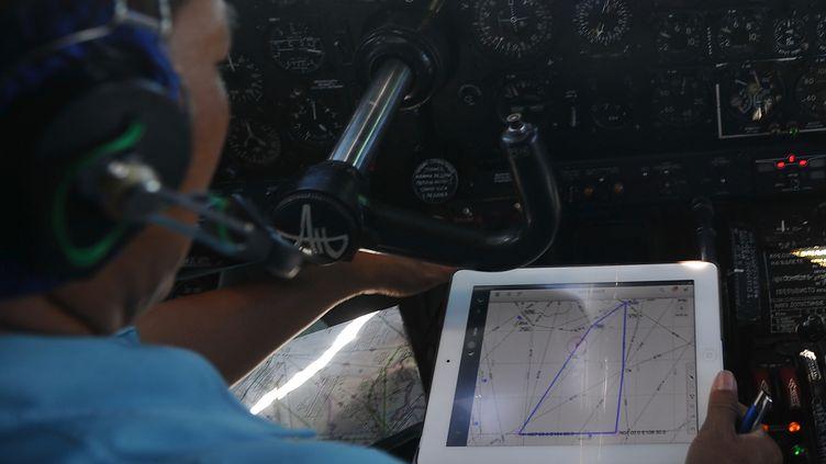 Un pilote à bord d'un avion des forces vietnamiennes, le 14 mars 2014. (HOANG DINH NAM / AFP)