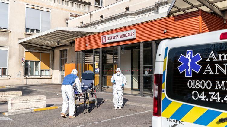 Deux ambulanciers en combinaison de protection poussent un brancard vide devant les urgencesen France, le 21 mars 2020. (NICOLAS BEAUMONT / LE PICTORIUM / MAXPPP)