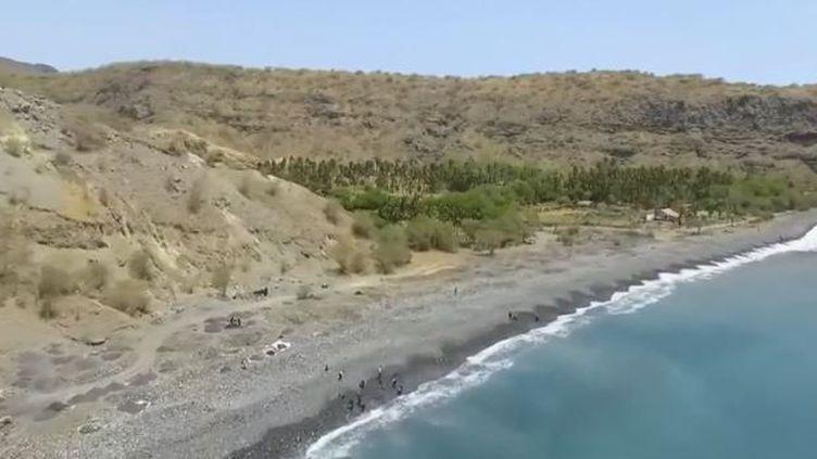 """Le Cap-Vert, au large de l'Afrique, attire toujours plus de touristes grâce à ses plages paradisiaques. Mais la plupart d'entre elles sont aujourd'hui creusées de gros cratères par des femmes qu'on appelle les """"voleuses de sable"""", avec des conséquences écologiques désastreuses. (FRANCE 2)"""