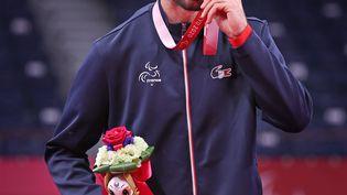 Lucas Mazur, 23 ans, a ramené la 53e médaille à la délégation tricolore lors des Jeux paralympiques de Tokyo, en remportant l'or en para badminton (catégorie SL4), dimanche 5 septembre. (G. Picout (CPSF))