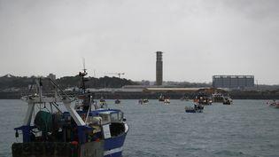 Des pêcheurs français manifestent avec leur bâteau dans le port de Saint Helier, au large de l'île anglo-normande de Jersey, jeudi 6 mai 2021. (SAMEER AL-DOUMY / AFP)
