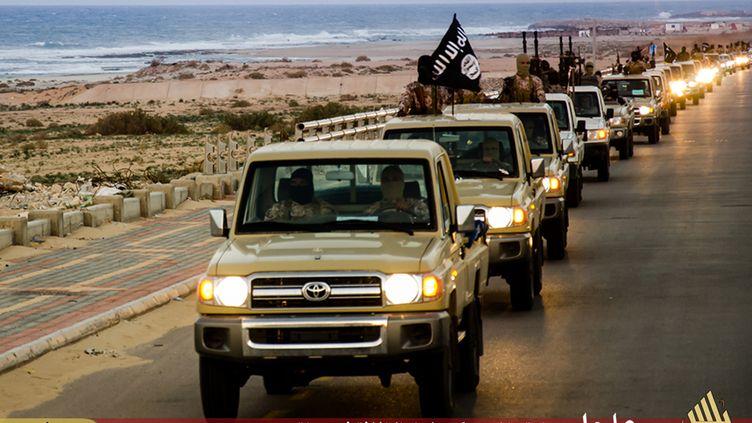 Une colonne de véhicules de l'Etat islamique dans une vidéo de propagande de la branche libyenne de l'organisation terroriste publiée le 18 février 2015. (WELAYAT TARABLOS / AFP)