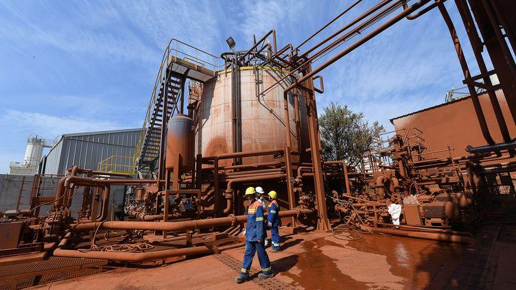 Des ouvriers sur le site de l'usineAlteo de Gardanne (Bouches-du-Rhône), le 12 septembre 2016. (BORIS HORVAT / AFP)