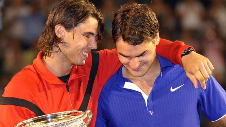 Rafael Nadal console Roger Federer après sa finale victorieuse à Melbourne en 2009 (WILLIAM WEST / FILES AFP)