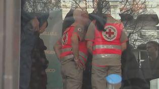 Des membres de la Croix-Rouge, venus en soutien aux rescapés. (FRANCE 2)