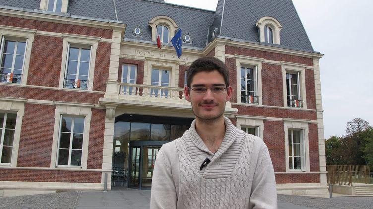 Maxence Buttey, l'élu FN converti à l'islam, pose devant la mairie de Noisy-le-Grand (Seine-Saint-Denis), le 24 octobre 2014. (SEBASTIEN THOMAS / MAXPPP)