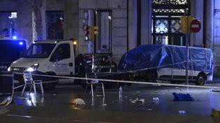 La camionnette utilisée dans un attentat sur La Rambla, à Barcelone (Catalogne, Espagne), est enlevée par la police, le 17 août 2017. (JOSEP LAGO / AFP)