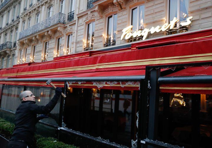 Des carreaux cassés au Fouquet's,le 25 novembre 2018 sur les Champs-Elysées. (FRANCOIS GUILLOT / AFP)