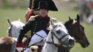 L'avocat français Frank Samson incarne Napoléon Bonaparte lors de la reconstitution de la bataille de Ligny (Belgique), le 14 juin 2015. (JOHN THYS / AFP)