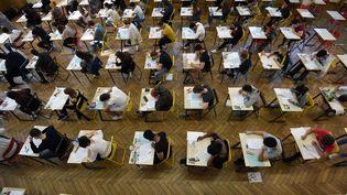 Des lycéens planchent lors de l'épreuve de philosophie, en ouverture de la session 2018 du baccalauréat. (FREDERICK FLORIN / AFP)