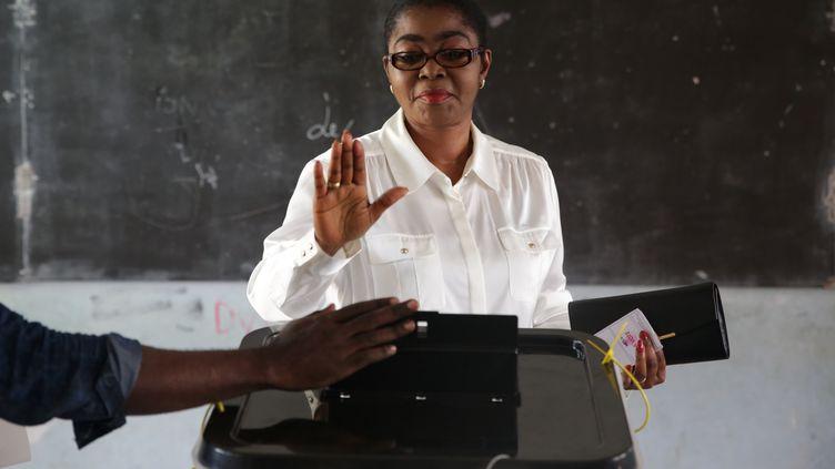 Rose Christiane Ossouka Raponda, maire sortantede Libreville et candidate du Parti démocratique gabonais (PDG), vote dans la capitale gabonaise le 6 octobre 2018, lors du premier tour des élections législatives et municipales du pays. (JOEL TATOU / AFP)