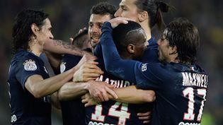 Les joueurs du PSG se félicitent après leur succès à Nantes, le 3 mai 2015. (JEAN-SEBASTIEN EVRARD / AFP)