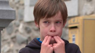 À Osse-en-Aspe (Pyrénées-Atlantiques), Odile Conderolle apprend à la population locale la langue sifflée utilisée notamment par les bergers pour communiquer. (France 3)