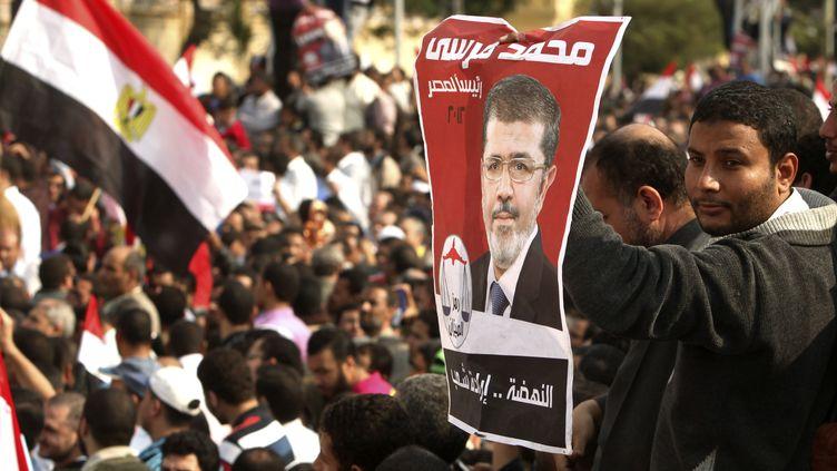 Des partisans du président égyptien Mohamed Morsi se sont rassemblés, le 23 novembre 2012, au Caire. (© ASMAA WAGUIH / REUTERS / X02458)