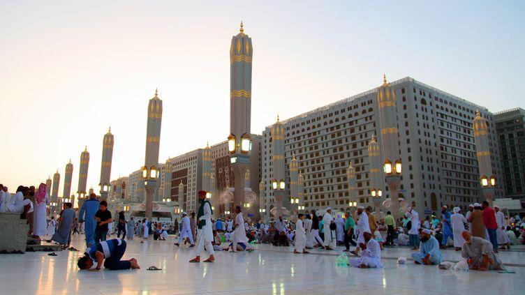 Des fidèles prient devant la mosquée du Prophète, à Médine, en Arabie saoudite, le 10 juin 2016. (BANDAR ASDANDANI / AFP)