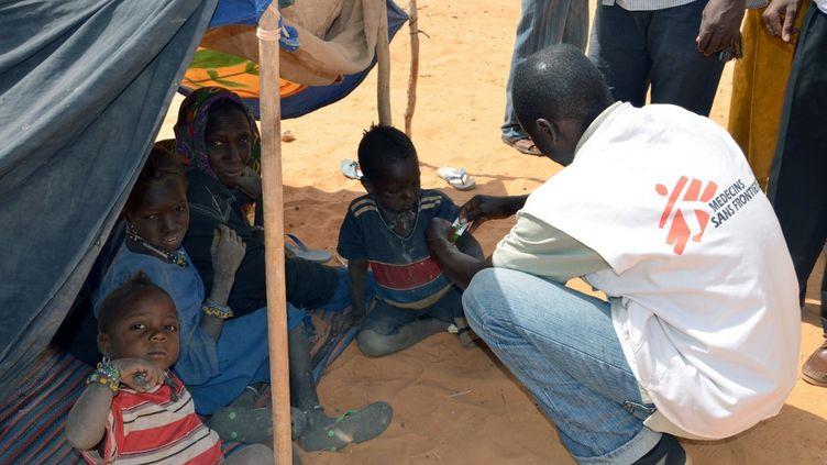 Une équipe de Médecins sans Frontières (MSF) intervient dans un camp de réfugiés maliens au Niger en 2012. (BOUREIMA HAMA / AFP)
