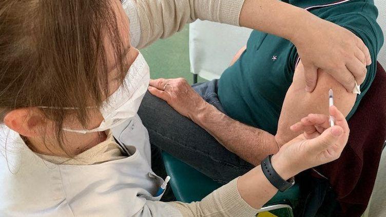 Une infirmière en train de vacciner un homme. Photo d'illustration. (BORIS COMPAIN / RADIO FRANCE)