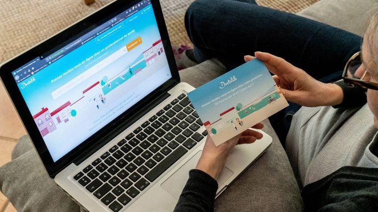 Une patiente prend rendez-vous sur le site Doctolib (photo d'illustratio). (GARO / PHANIE / AFP)