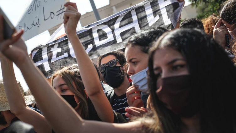 Des jeunes Tunisiens protestent contrele nouveau projet de loi de protection des forces de sécuritédevant le Parlement à Tunis (Tunisie), le 8 octobre 2020. (CHEDLY BEN IBRAHIM / NURPHOTO / AFP)