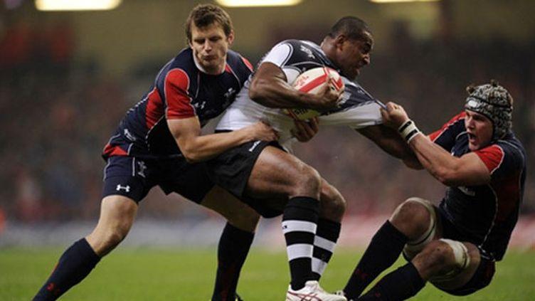 Le Fidjien Seremaia Bai stoppé par Dan Bigaar