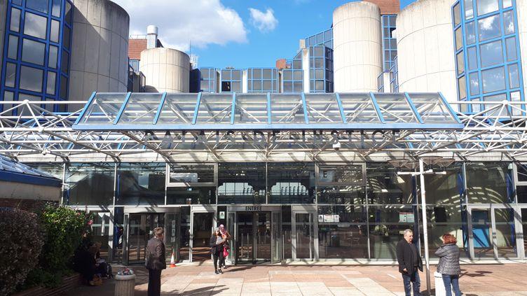 Le TGI de Bobigny, deuxième plus grand tribunal de France après celui de Paris. Construit en 1987, cet immense bâtiment de béton, d'acier et de briques, manque d'entretien. (BENJAMIN MATHIEU / FRANCE-INFO)