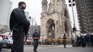 Des policiers sécurisent la zone du marché de Noël de Berlin (Allemagne), le 20 décembre 2016. (EMMANUELE CONTINI / NURPHOTO /)