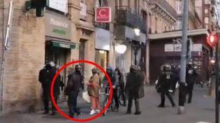 """Une vidéo tournée samedi 2 mars lors d'une manifestation de """"gilets jaunes"""" à Toulouse (Haute-Garonne) fait polémique. On y voit une femme à terre après qu'un CRS s'en est pris à elle. (FRANCE 2)"""