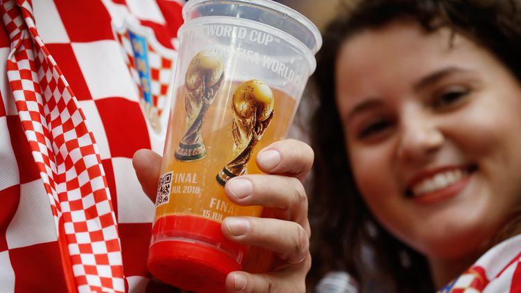Un supporter croate boit une bière avant le match France-Croatie, lors de la finale de la Coupe du monde le 15 juillet 2018, à Moscou (Russie). (ODD ANDERSEN / AFP)